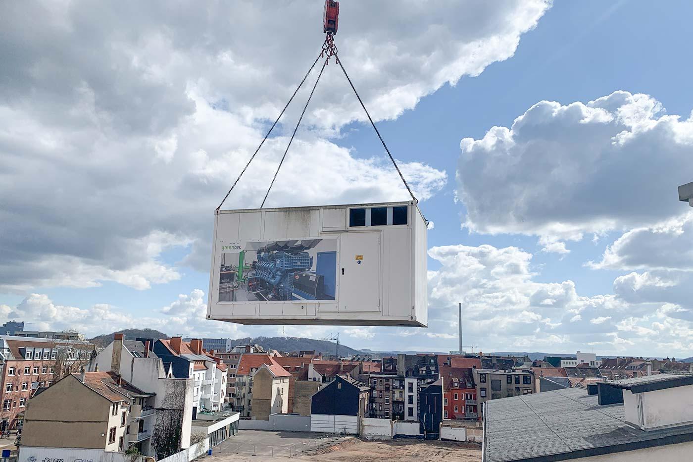 Über den Dächern von Saarbrücken: Ein Netzersatzanlage zieht um