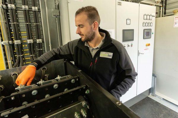 Unser Servicemitarbeiter überprüft die Batterie an der Netzersatzanlage