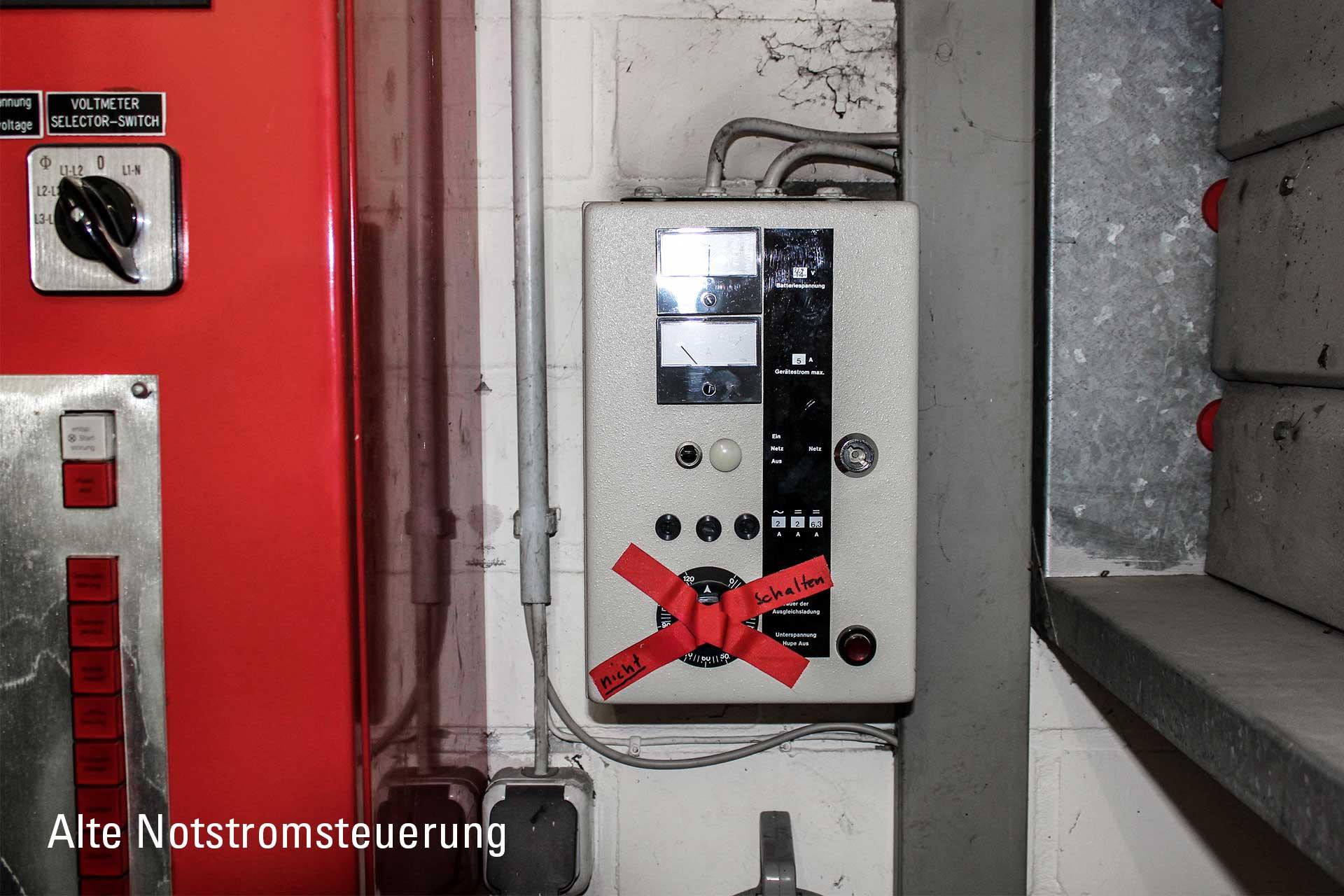 Vergleichsbild: Die alte Notstromsteuerung eines Notstromaggregats die ersetzt wird
