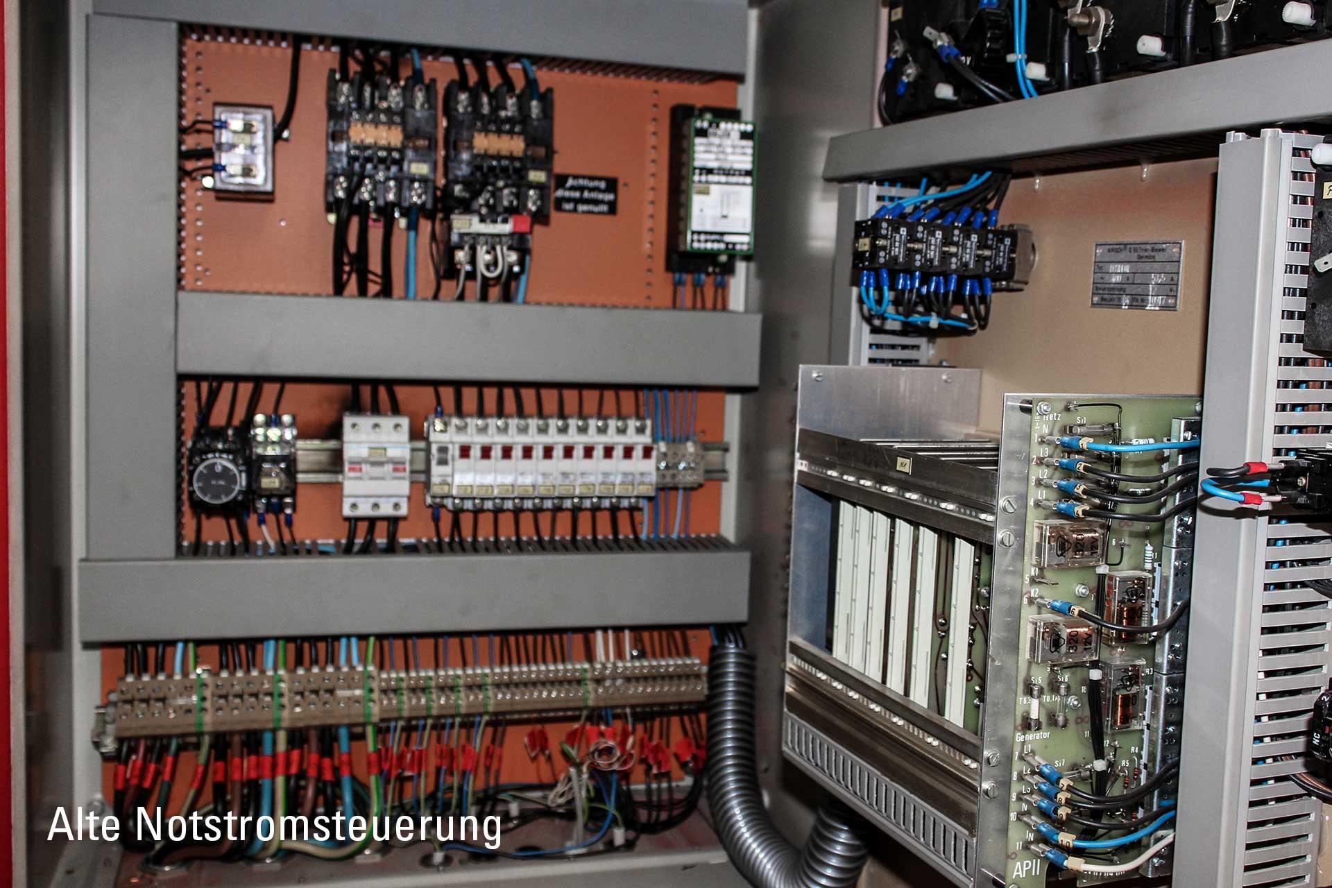Blick in den Schaltschrank der alten und defekten Notstromsteuerung