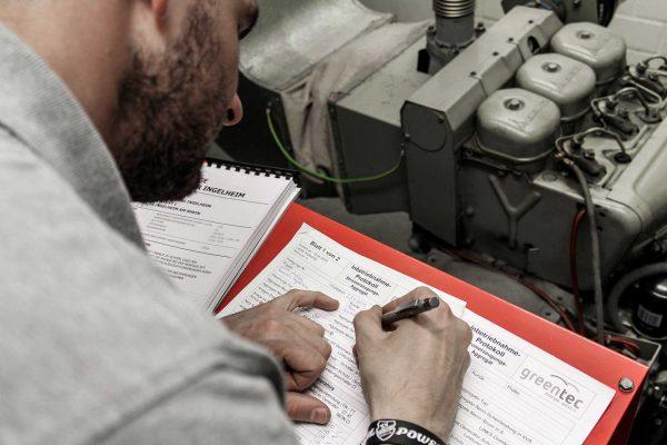 Ein Servicemitarbeiter führt die vorgeschriebenen Tests zur erneuten Inbetriebnahme eines Notstromgenerators durch