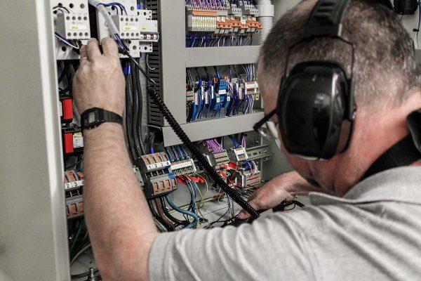 Nach dem Austausch der alten Notstromsteuerung wird die neue Steuerung genau durchgemessen um eine reibungslose Inbetriebnahme zu gewährleisten.